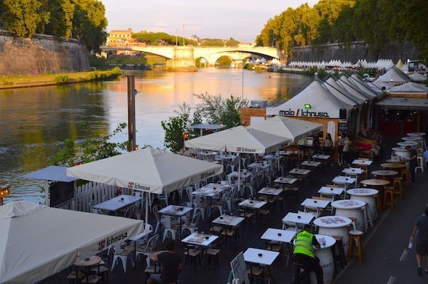 Empty tables waiting for patrons at Lungo il Tevere
