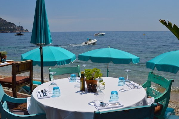 Seaside table at the Anjuna Place restaurant in Eze-sur-mer